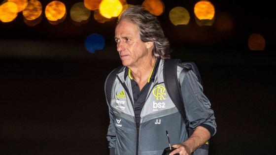Jorge Jesus à chegada a Lima, onde joga este sábado a final da Taça dos Libertadores: português pode ganhar dois títulos em 24 horas