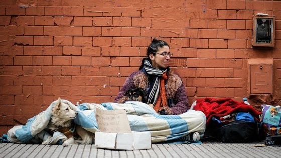 Segundo a AMI, entre o ano passado e este ano aumentou em 37% o número de pessoas sem-abrigo que pernoitaram nos abrigos de Lisboa e Porto