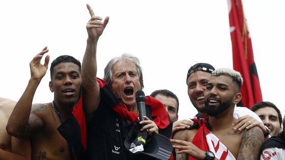 Jorge Jesus liderou Flamengo em campo, Jorge Jesus também soube liderar o Flamengo fora dele (e cantou e dançou com os jogadores no cortejo)