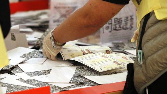 Os candidatos pró-democratas, até às 9h (1h em Lisboa) alcançaram pelo menos 390 assentos dos 452 em jogo