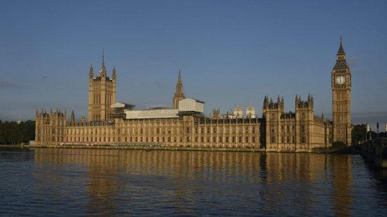 O resultado das eleições legislativas britânicas mantém-se incerto, tendo sido divulgadas duas sondagens esta semana