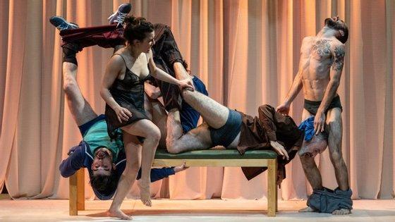 """""""Traduzir uma linguagem verbal para uma linguagem corporal e, assim, esbater as fronteiras que existem entre o que é o teatro e o que é a dança. É isto que tenho explorado"""", diz Victor Hugo Pontes"""