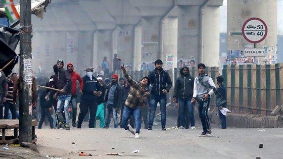 Os novos confrontos com a polícia dão-se em particular na capital Nova Deli