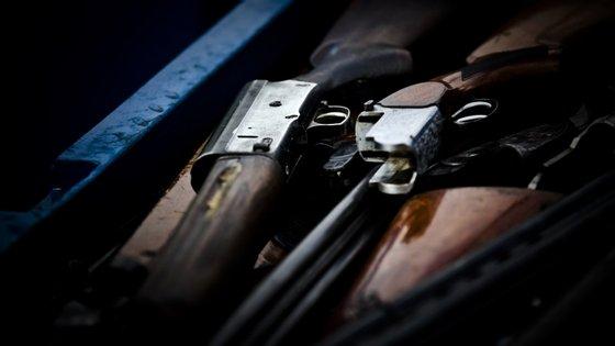 Das armas apreendidas, 334 são de fogo longas, 159 de fogo curtas, 16 de ar comprimido e reproduções de arma de fogo, 214 brancas e seis são aerossóis