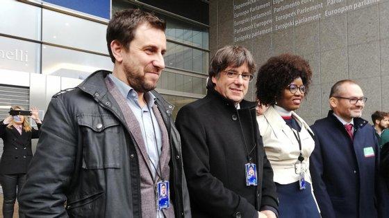 Antoni Comín e Carles Puigdemont foram recebidos pela eurodeputada belga Assita Kanko, eleita pelo partido independentista Nova Aliança Flamenga (N-VA).