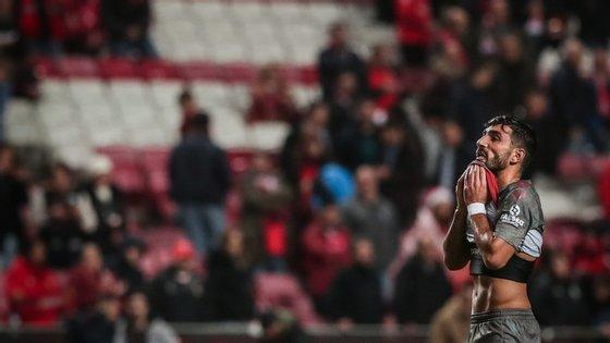 Sporting, bicampeão em título, e Benfica estão este sábado obrigados a vencer na última jornada da Taça da Liga de futebol