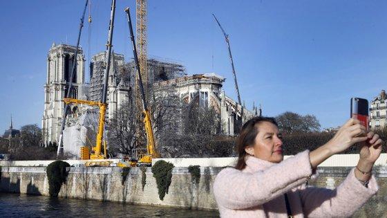 Depois das chamas, a catedral continua a ser motivo de atração, agora pelas obras que prometem recuperar o monumento em cinco anos