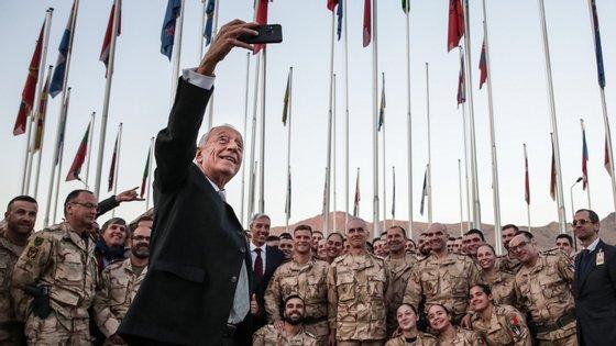 Marcelo a tirar uma selfie com os militares portugueses