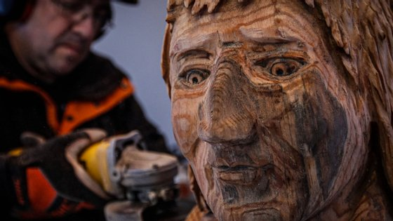 """""""As esculturas servem para dar vida a uma árvore que foi abatida, ao preservar a sua memória e a sua história"""", diz Nelson Ramos"""
