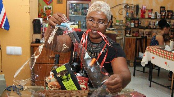 """""""É uma forma de divulgar Cabo Verde, a filosofia da loja é essa, artesanato essencialmente cabo-verdiano"""", afirma uma das sócias da loja"""