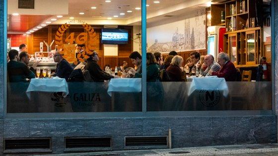 Com os ordenados em dia, os trabalhadores continuam a pernoitar no restaurante do Porto para evitar a retirada de equipamento pela proprietária (Foto: Miguel Nogueira/CMP)