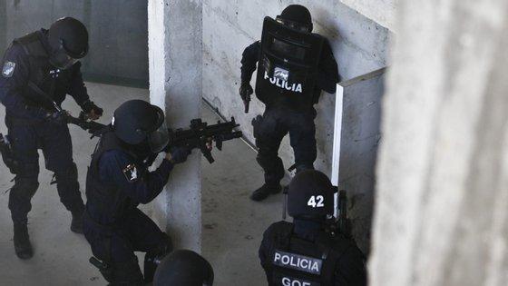 Em julho, um homem procurado por posse de arma proibida recebeu com uma metralhadora uma brigada da PSP que se deslocou à sua casa para o deter