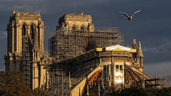 A tradicional celebração de Natal mudou-se para outra igreja gótica ao lado do Museu do Louvre