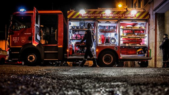 O incêndio terá deflagrado na conduta de exaustão de um restaurante.
