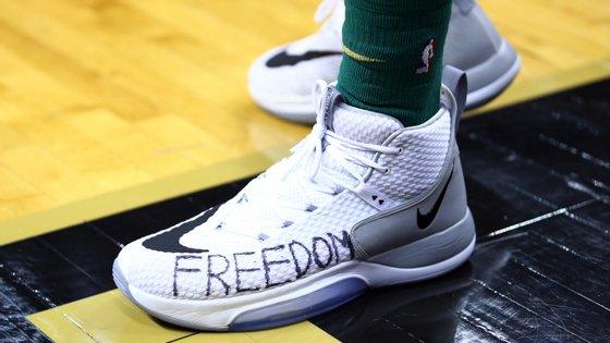 """Ener Kanter chegou ao pavilhão com uma t-shirt que dizia """"Freedom for All"""" e jogou com a palavra """"Freedom"""" nos ténis"""
