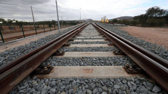 O mau tempo levou também a condicionamentos na circulação rodoviária e ferroviária