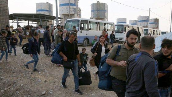 A maioria dos deslocados fugiu para o norte, para as cidades de Ariha, Sarageb e Idlib, ou para campos de deslocados já superlotados ao longo da fronteira com a Turquia