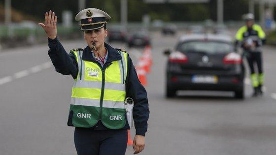 A GNR levantou ainda 198 infrações relativas à falta de uso de cinto de segurança e/ou sistemas de retenção e 313 por uso do telemóvel durante a condução