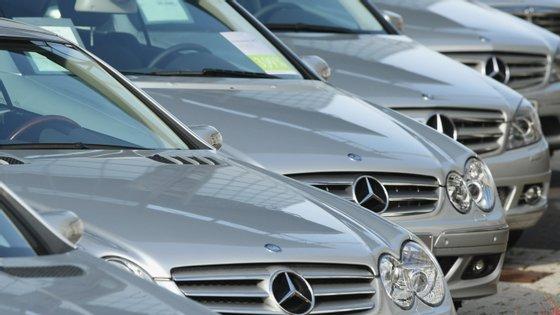As novas regras dizem que os novos carros à venda na UE só podem emitir 95 gramas de dióxido de carbono por quilómetro.
