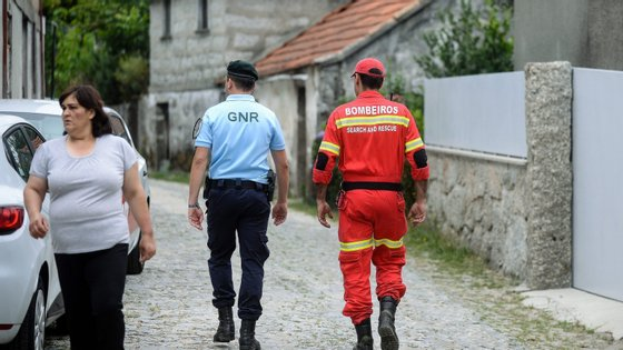 No terreno estão várias patrulhas da GNR, Bombeiros e populares
