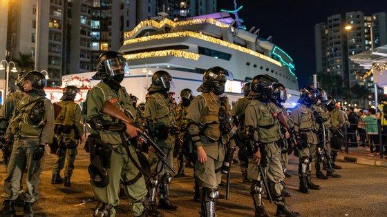 Os protestos em Hong Kong começaram em junho na sequência da apresentação de um projeto de lei, entretanto descartado, que visava permitir extradições para a China continental