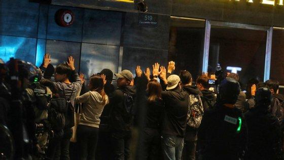 A polícia usou gás pimenta, gás lacrimogéneo e canhões de água para dispersar os manifestantes