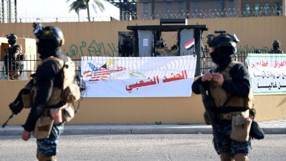 """""""Devido aos ataques de milícias ao complexo da embaixada dos Estados Unidos, as operações públicas consulares estão suspensas até novo aviso"""", anunciou a representação diplomática"""