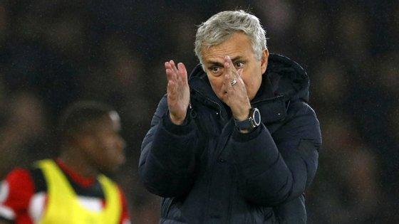 José Mourinho não quis explicar a razão para ter invadido a área técnica do Southampton mas deixou reparos aos apanha-bolas e ao VAR