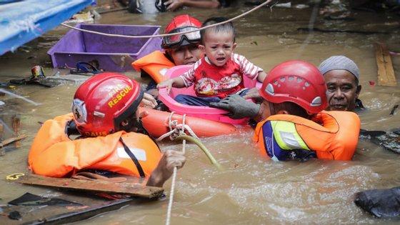 Segundo as autoridades indonésias, a água está agora a recuar e a eletricidade a ser restaurada em várias zonas da área metropolitana