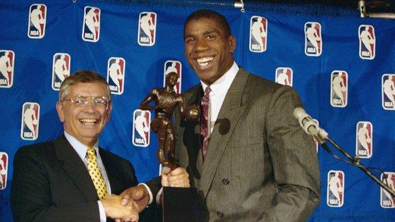 David Stern entrega o prémio de jogador mais valioso (MVP) em 1987