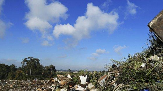 """Neste aterro em Valongo são tratados """"mais de 400 tipos de lixo, desde lamas a amianto"""", prejudicando """"a saúde da população"""", descreveu o presidente da autarquia"""