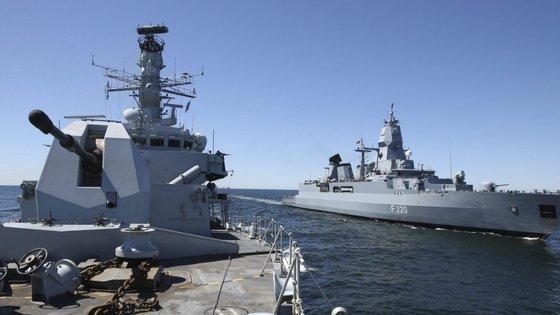 Ao HMS Montrose e um HMS Defender foi atribuída uma missão de proteção de navios civis britânicos