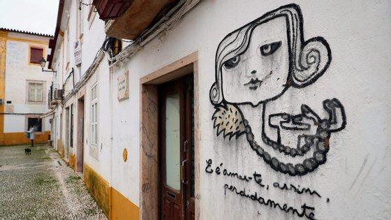 """Está escrito na fachada, por baixo de uma caricatura da poetisa, o conhecido verso """"E é amar-te, assim, perdidamente..."""""""