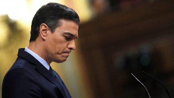 Na votação deste domingo, Pedro Sánchez conseguiu 166 votos a favor, 165 votos contra e 18 abstenções.