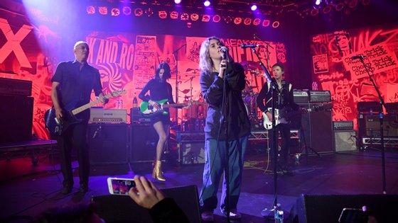 Violet Grohl, a filha de 13 anos do fundador dos Foo Fighters Dave Grohl, durante o concerto