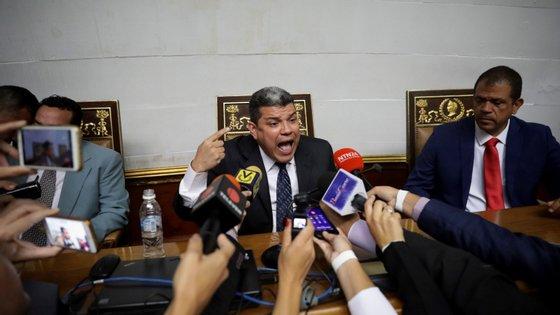 Os deputados que apoiam Guaidó elegeram Luis Parra presidente do Parlamento