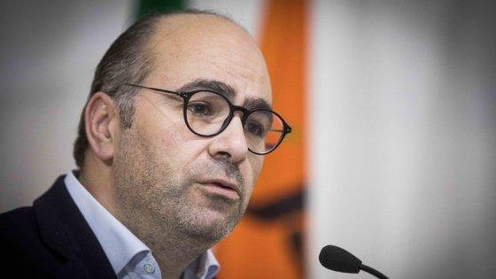 """""""Já estamos habituados a estas manigâncias do professor Centeno"""", acusou o candidato à liderança do PSD."""