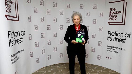 """A canadiana Margaret Atwood, que partilhou o prémio com a britânica Bernadine Evaristo, venceu com a sequela de """"A História de uma Serva"""""""