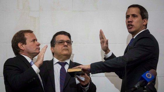 """""""Em nome daqueles que não têm voz hoje, das mães que choram os seus filhos à distância (...), em nome da Venezuela, juro cumprir os deveres de Presidente encarregado e procurar uma solução para a crise e para condições de vida dignas"""", afirmou Guaidó"""