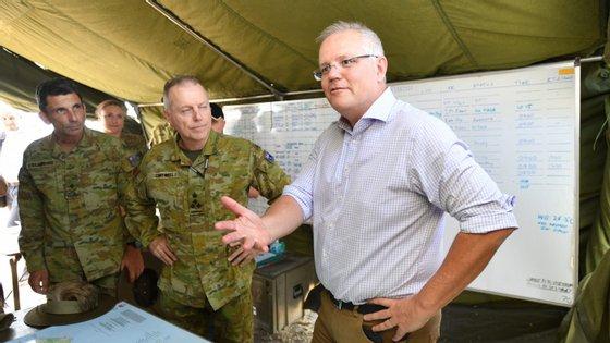 """""""Em termos das nossas tropas estamos a colocar mais gente em mais locais, especialmente em zonas remotas, para apoiar as comunidades locais, algo que vai continuar nos próximos dias"""", referiu Scott Morrison"""