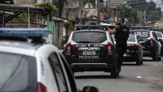 O suspeito afirmou que ateou fogo em Carlos Vieira da Silva, porque lhe teria roubado 10 mil reais (2.200 euros) em dinheiro vivo, mas polícia não acredita nesta versão