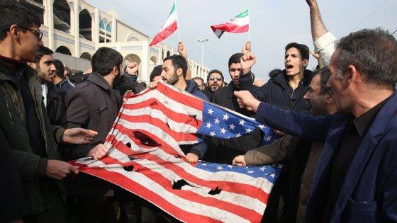 A tensão entre Irão e EUA aumentou depois de norte-americanos terem matado general Soleimani em ataque aéreo em Bagdad, no Iraque