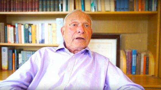 Imagem de entrevista de Peter Kirstein ao canal DigitalArchaeology
