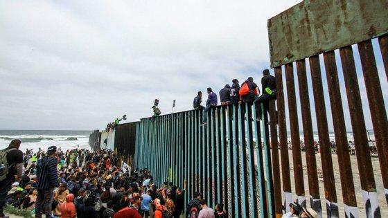 Trump justifica a declaração de emergência com base na ideia de que a questão da fronteira com o México é uma crise de segurança nacional