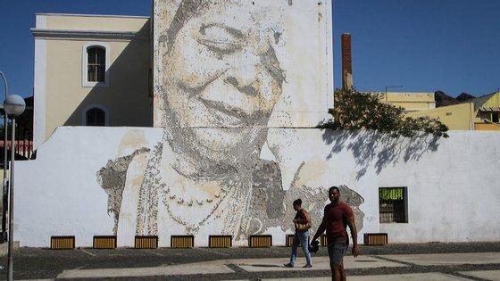Um mural construído à força de berbequim, em três dias, pelo artista português Vhils