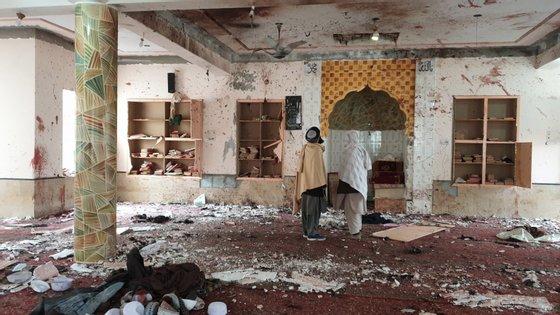 O porta-voz dos talibãs Qari Mohammad Yousuf Ahmadi nega que na mesquita estivesse qualquer membro do grupo