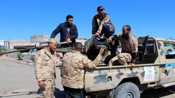 O marechal Khalifa Haftar, apoiado, entre outros, pelo Egito e Emirados Árabes Unidos, desencadeou em abril uma ofensiva em direção à capital, Tripoli, onde está o governo dirigido pelo primeiro-ministro Fayez al-Sarraj