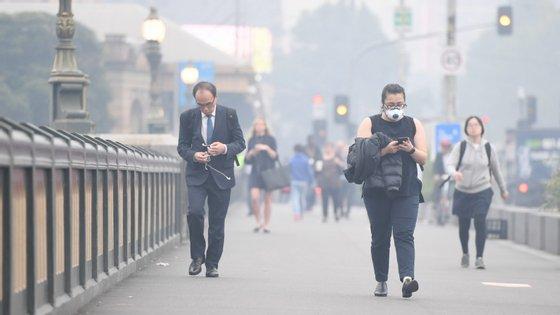 Além do impacto na saúde pública o fumo está a causar problemas adicionais para os bombeiros que são chamados por alarmes de incêndio acionados apenas pelo excesso de fumo no ar