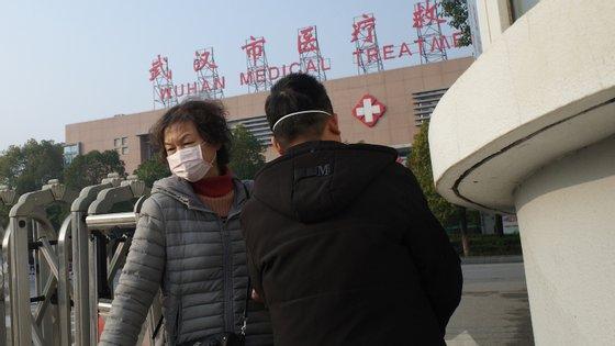 Surto foi confirmado na cidade chinesa de Huhan. 59 doentes partilhavam ligação a um mercado local, entretanto encerrado