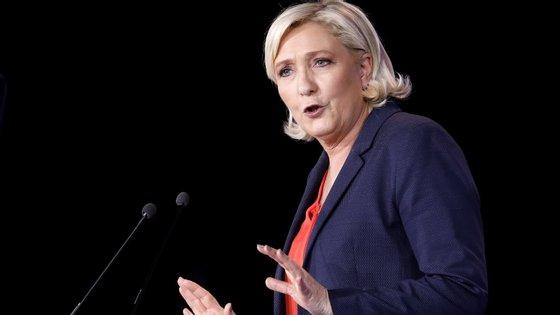 Marine Le Pen diz que refletiu bastante antes de tomar esta decisão.